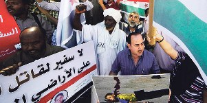 Sudanese and Syrian protesters demonstrate against the continued violence in Syria outside Khartoum in this Nov. 23 file photo. A UN inquiry has said Syrian military and security forces had committed crimes against humanity including murder, torture and rape.(PHOTO REUTERS,MOHAMED NURELDIN ABDALLAH)